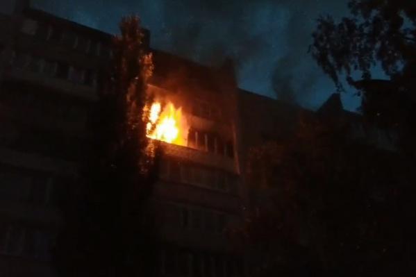 Огонь добрался до балкона