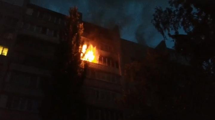 «От жара лопалось стекло!»: ночью в Самаре горела квартира на улице Тополей