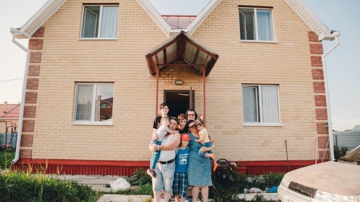«Договаривайтесь с банком»: чиновники не помогли семье с пятью детьми выкупить дом в Молодежном