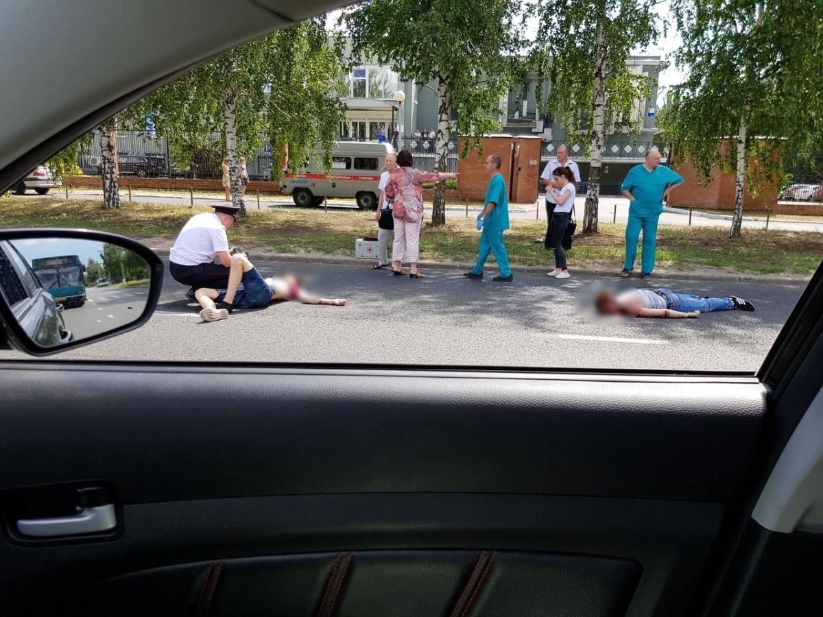 К месту страшной аварии прибыли медики и полицейские