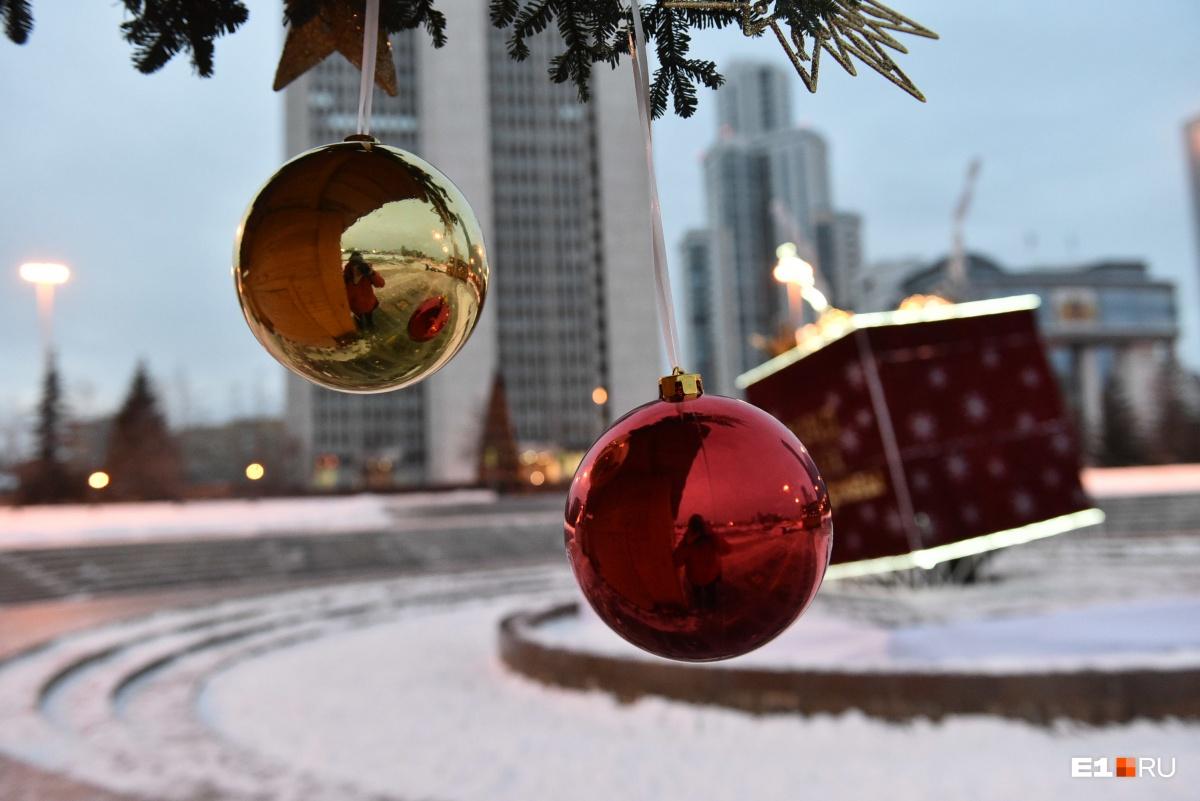 Наш фотограф Дмитрий Емельянов и его отражение в праздничном украшении