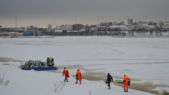 В Перми началась операция по освобождению теплохода и дебаркадера, застрявших во льду у моста