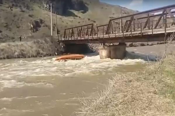 Катамаран врезался в стойку моста и перевернулся. По словам очевидцев, после столкновения люди успели зацепиться за катамаран