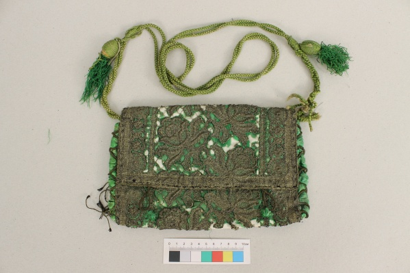 От времени сумочка Клавдии Полянской обветшала, поэтому её пришлось восстанавливать. Но фото — предмет до реставрации
