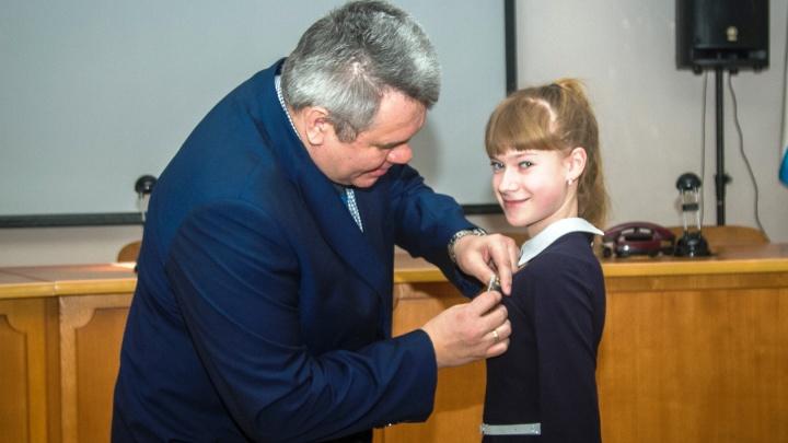 14-летней девочке вручили медаль и планшет за спасение тонущего мальчика