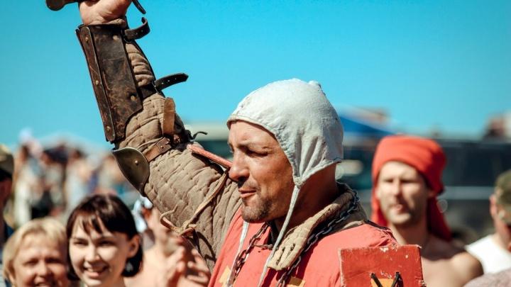 «На мне шлем, в руках меч — я непобедим»: кто скрывается за доспехами омского рыцаря
