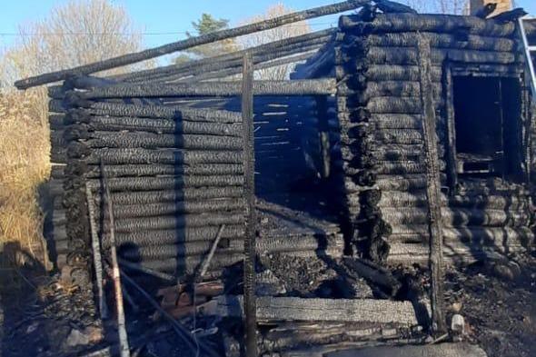 Огонь уничтожил бревенчатую избу общей площадью 30 квадратных метров