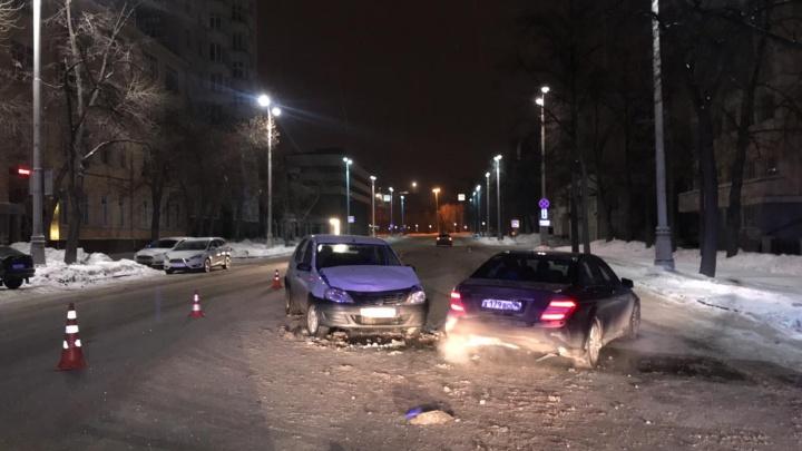 Два человека в больнице: Renault протаранил Mercedes в центре Екатеринбурга