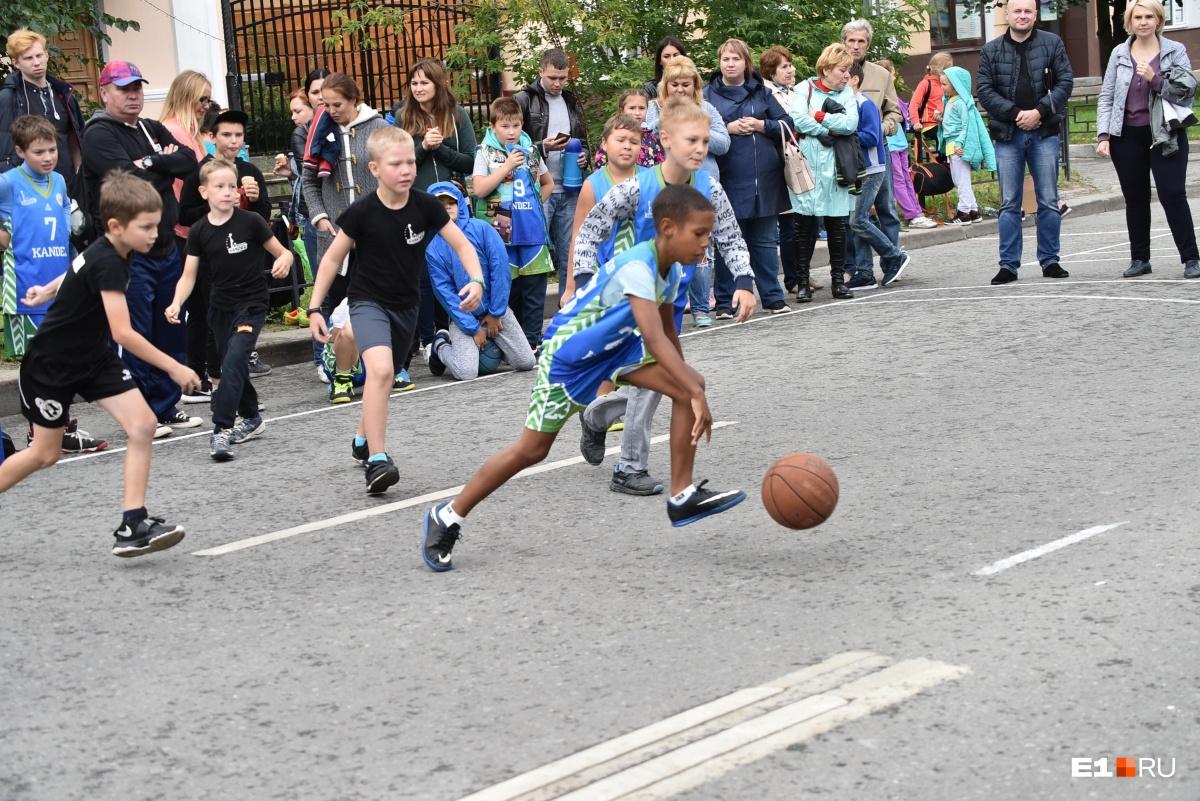 Детвора весело гоняла мячпрямо на проезжей части в центре города