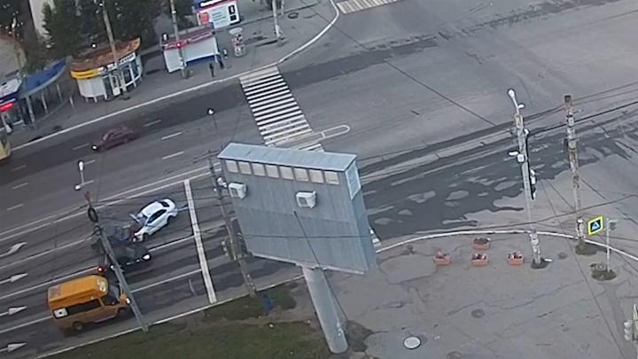 Не вписался в поворот: челябинец устроил лобовое ДТП на крупном перекрёстке