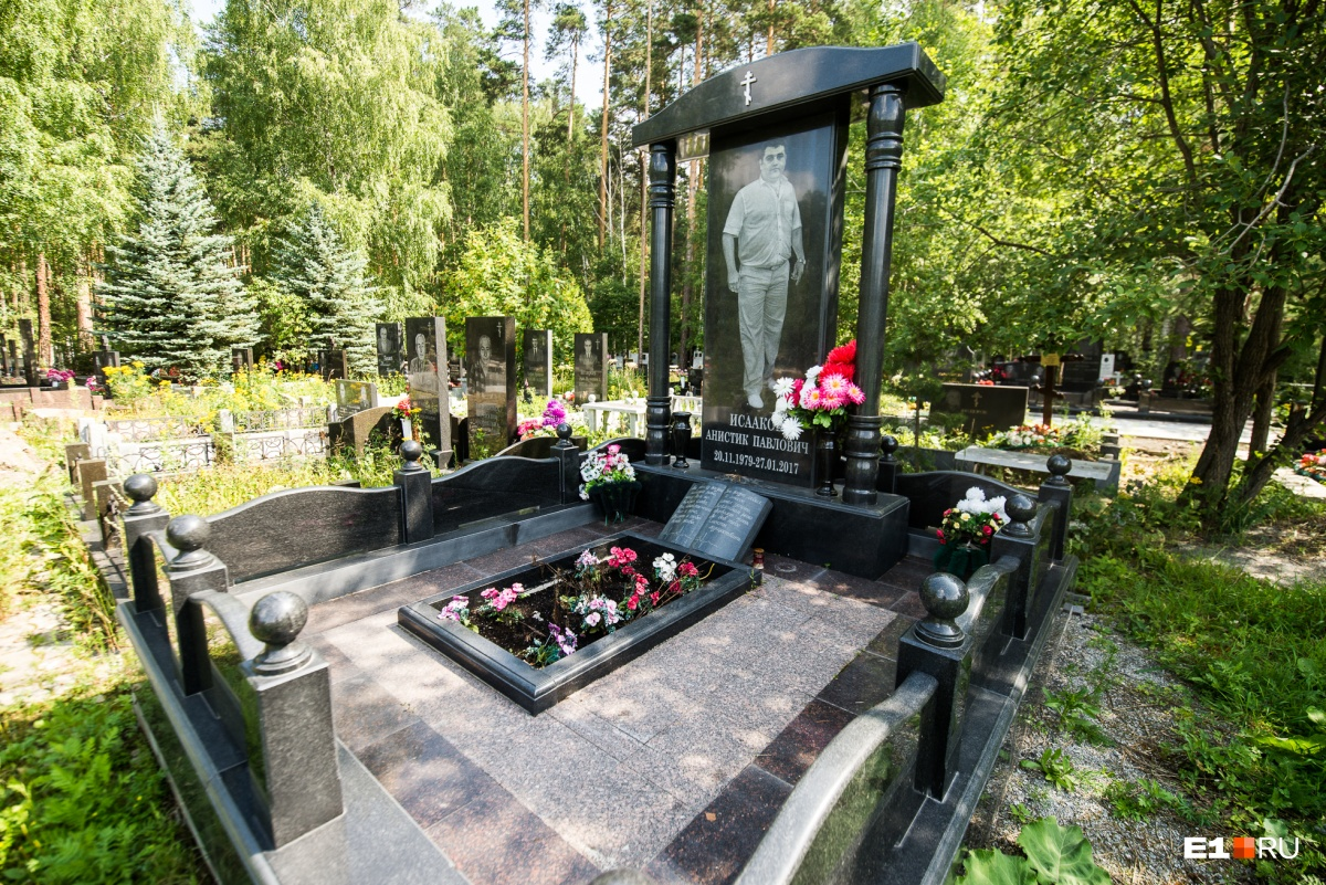 Многие греческие надгробия — с колоннами