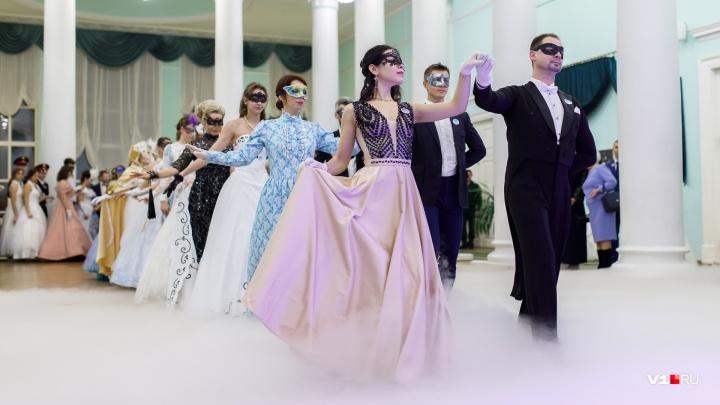 Волгоград закружился в танце на «Русском балу»: смотрим на самых красивых участников пышного вечера