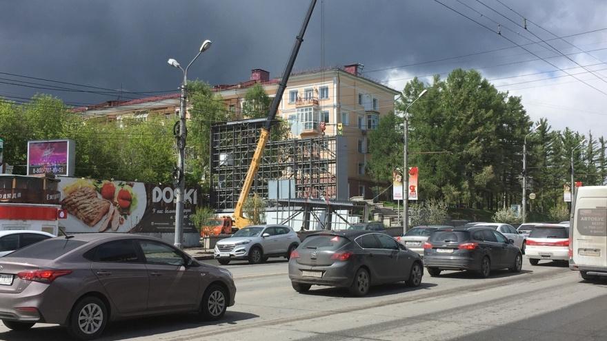 В центре Омска демонтируют гигантский видеоэкран