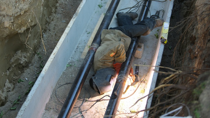 В Березовке рабочего завалило землей в траншее