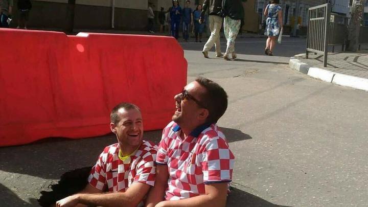 Это провал — и в него залезли фанаты из Хорватии! Где еще в России они могли бы сделать селфи?