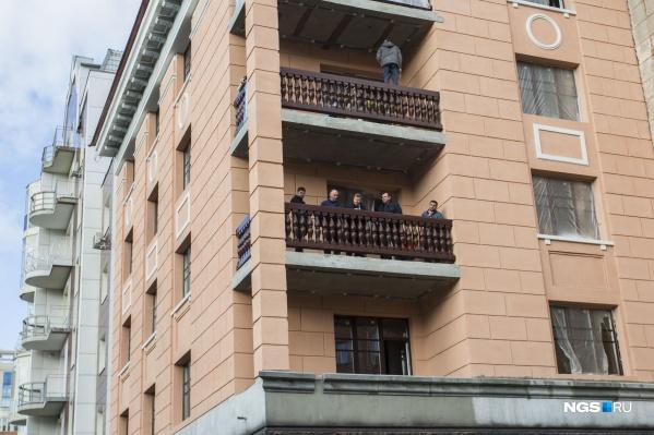 Рабочие уже восстановили фасад. Трещин в стенах больше нет