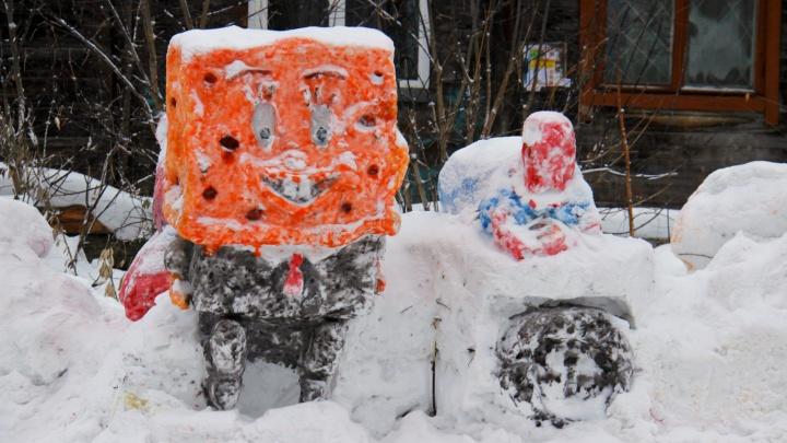 Халка сломали, сделали Губку Боба: в известном новосибирском дворе появились новые снежные фигуры