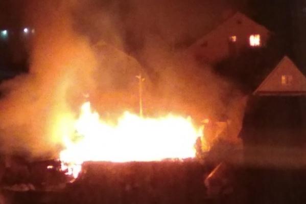 Пламя угрожало соседним домам