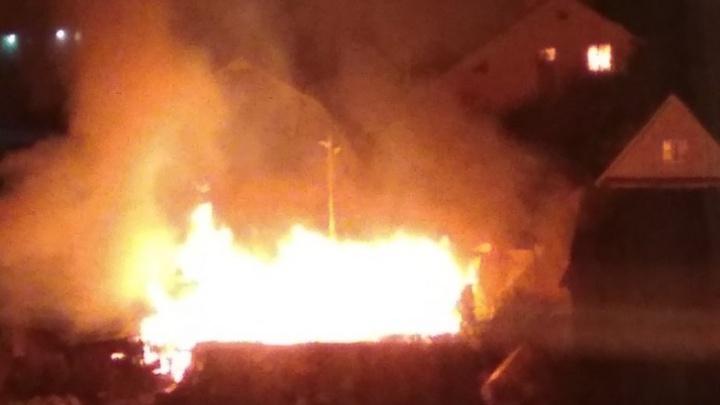 «Огонь угрожал соседним домам»: пожар в пермском конном клубе тушили шесть часов. Видео