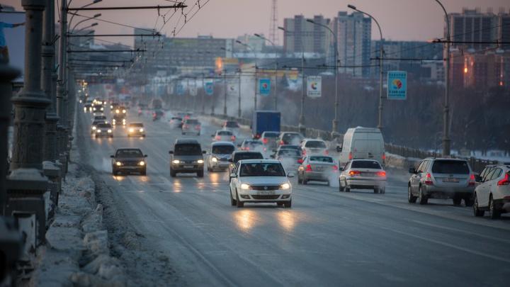 Чтобы не мешать транспорту: ремонт ям на Октябрьском мосту перенесли на ночь