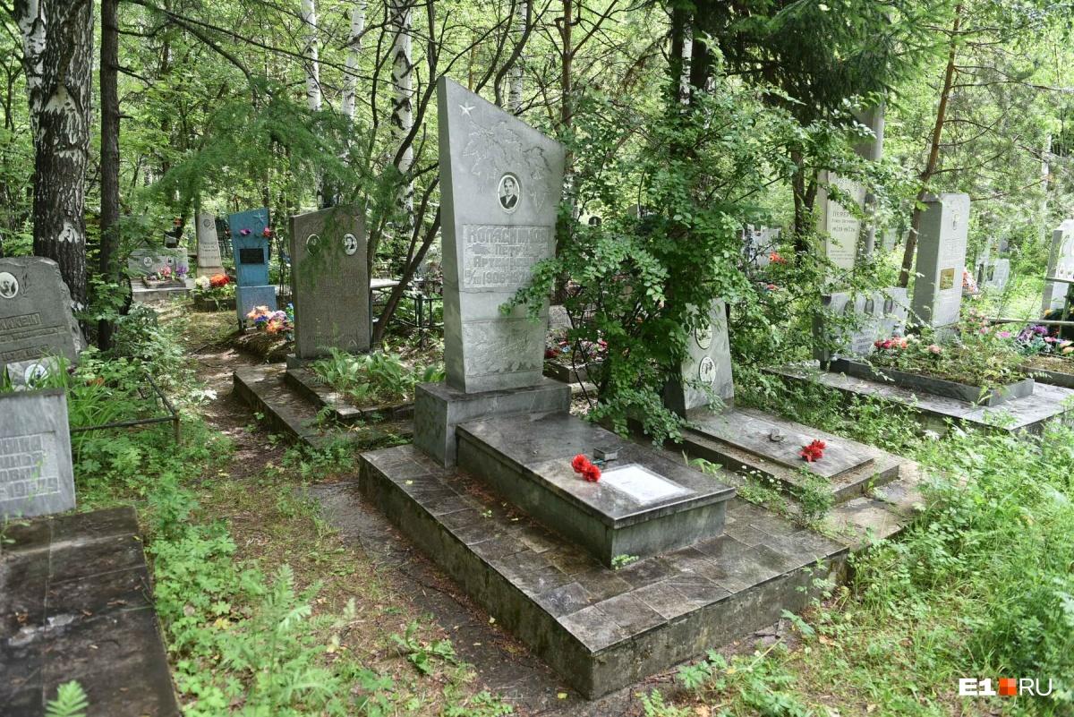 Петр Колясников — санитар, под обстрелом противника вынесший с поля боя 16 человек. Сам он был дважды ранен