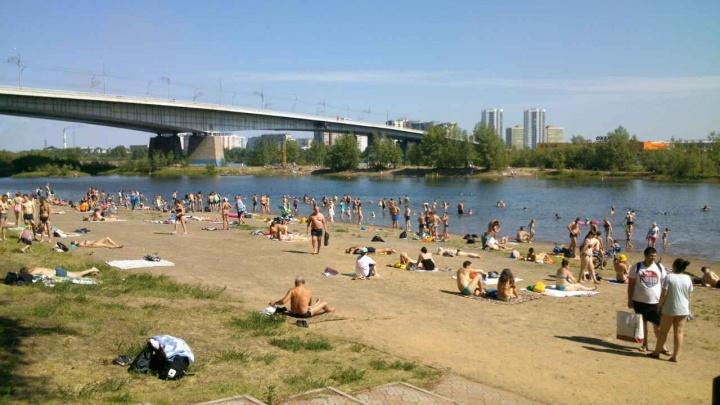 Сотни изнурённых жарой красноярцев оккупировали пляжи и открыли купальный сезон