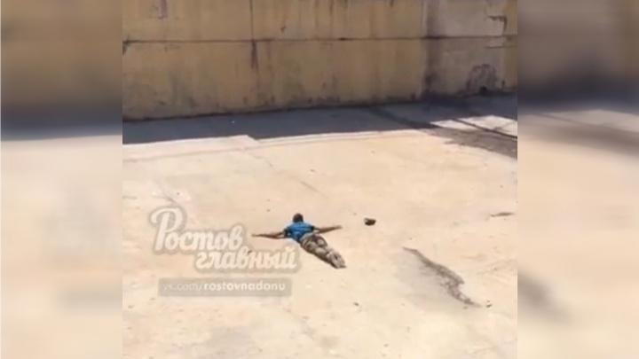 В Ростове наркоман пытался «плыть» по бетону