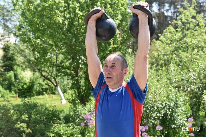 Сергей Александрович выглядит моложе своих 68 лет