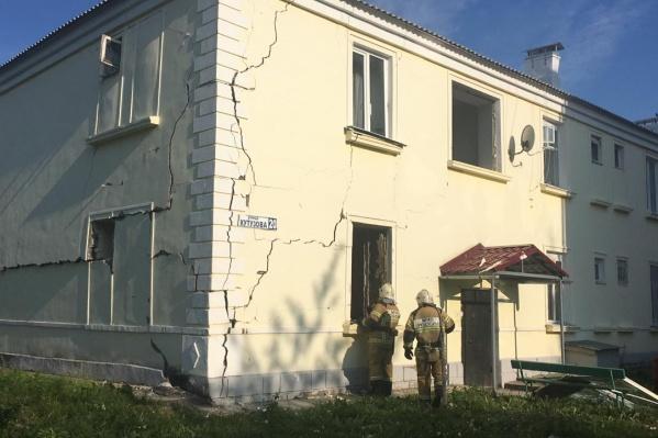 После взрыва по дому пошли трещины