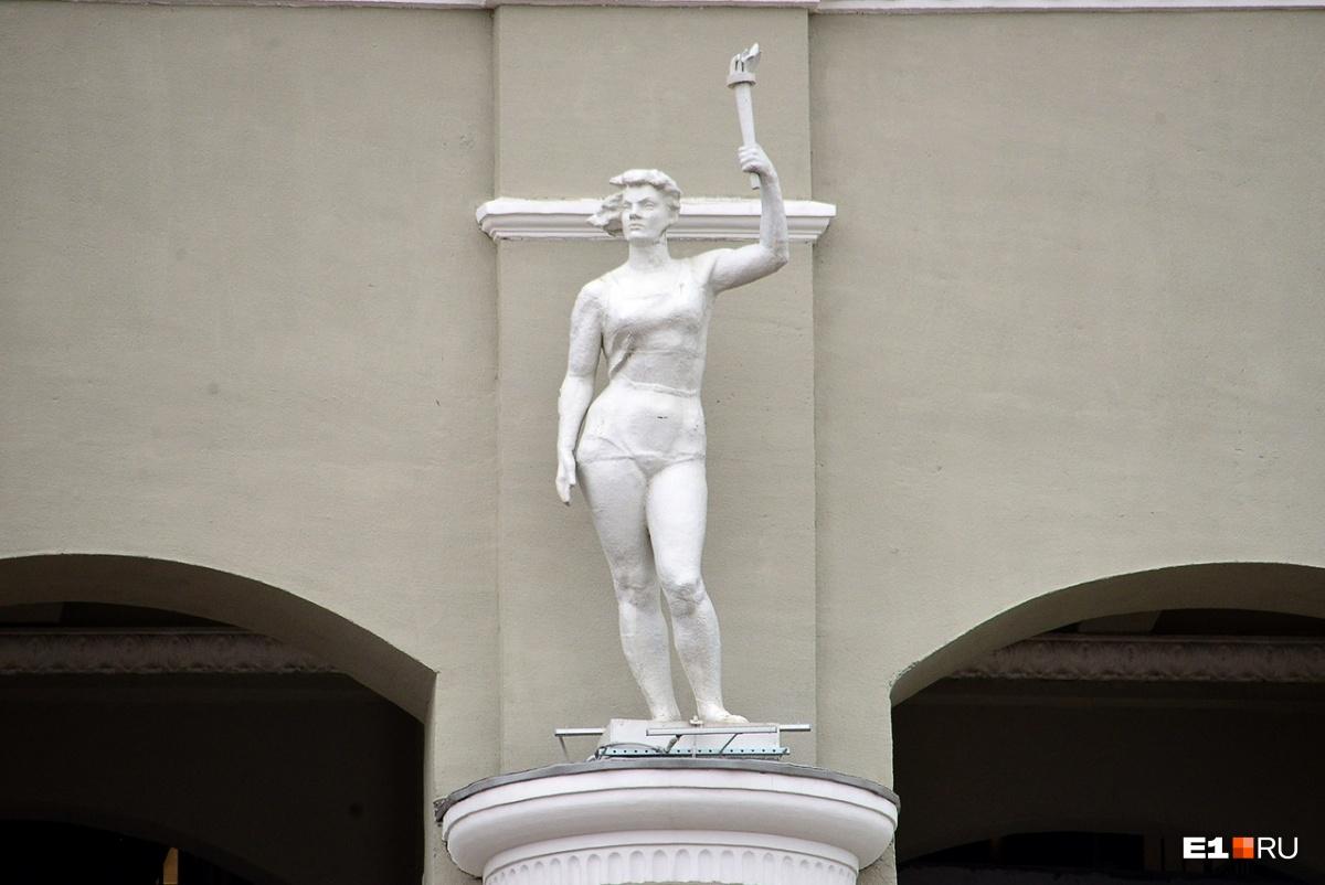 Когда-то в руке скульптуры было весло