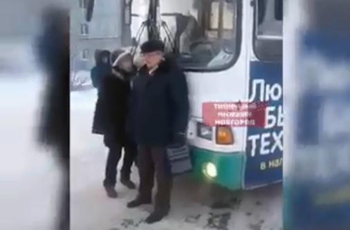 «Это же свинство». Замёрзшие жители Арзамаса остановили пустой автобус