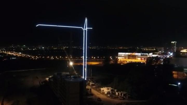 Строители украсили высотный кран LED-подсветкой
