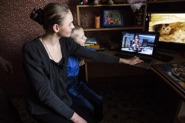 Надя и Серёжа Хомяковы смотрят фото, где они на море в Анапе
