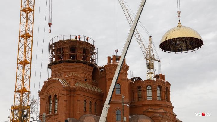 Один из шести: в Волгограде на строящийся собор Александра Невского установили купол