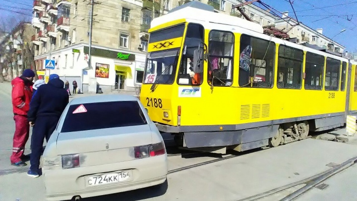 Из-за аварии на Сибиряков-Гвардейцев встали трамваи