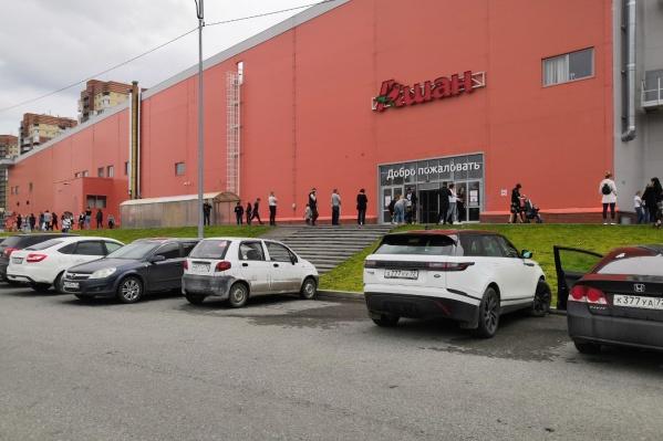 Торговый центр оцеплен силовиками