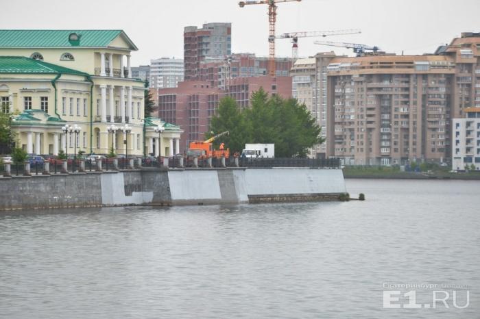 Чтобы избавиться от граффити, в Екатеринбурге покрасили гранит набережной