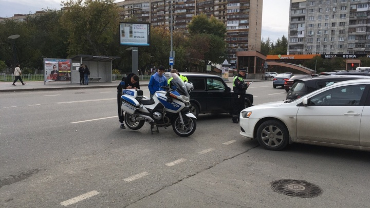 В Тюмени «Нива» при развороте врезалась в мотоцикл ДПС