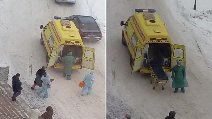 Жителей южноуральского города встревожили врачи в защитных костюмах, ведущие в реанимобиль пациентку