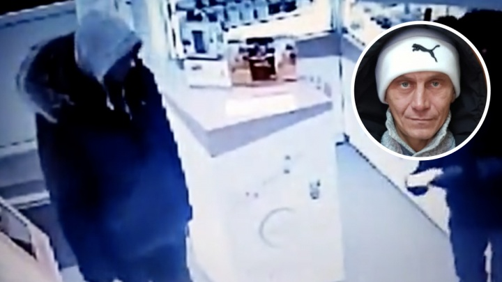 В Новосибирске задержали серийного грабителя в медицинской маске — его преступление попало на видео