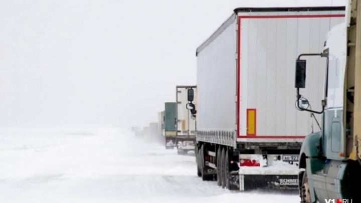 «На месте стоят сотни фур»: на саратовской трассе под Волгоградом борются с последствиями снегопада