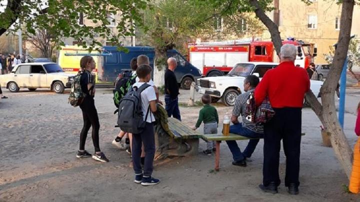 «Ребенка вынес через окно сосед»: на севере Волгограда во вспыхнувшей квартире едва не сгорели люди