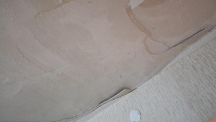 В новостройке в «Солнечном» обрушился потолок