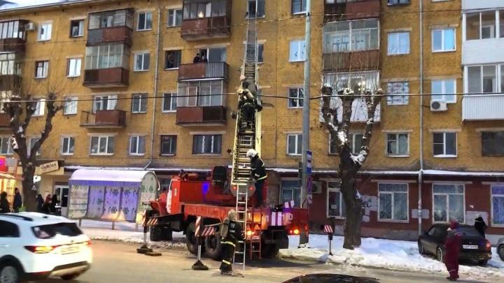 «Эвакуировали людей из окна». В Перми случился пожар в пятиэтажке. Видео