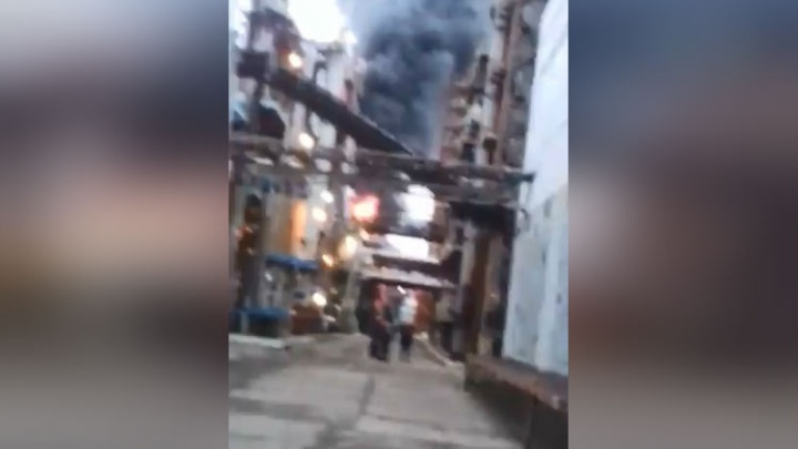 Черный дым столбом: появилось видео возгорания нефтеперерабатывающем заводе в Уфе