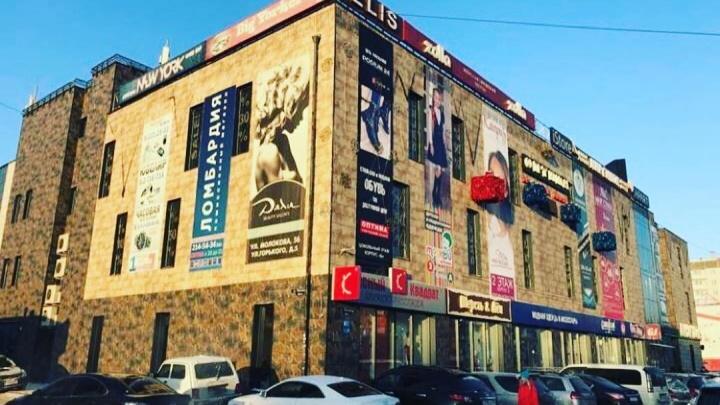 Торговый центр «Оптима» очистили от рекламы на фасаде: смотрим на новый облик