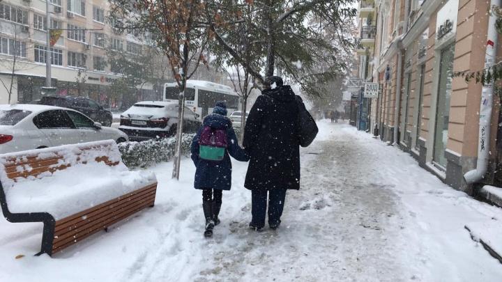 Нам бы коньки: жители окраин Ростова жалуются на закованные в лед тротуары
