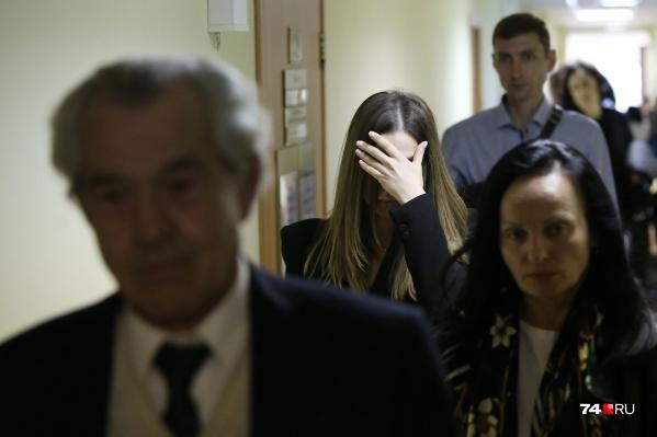 Милана Ахмедова пыталась спрятать лицо и возражала против участия журналистов в процессе