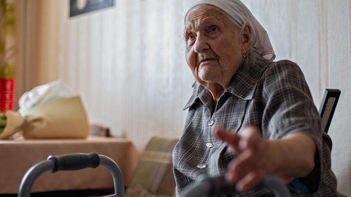 Делает зарядку и читает: 105-летняя баба Аня из Челябинска — о предательстве близких и долголетии