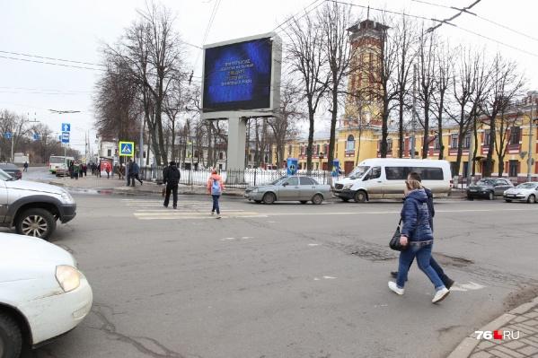 Сейчас здесь люди переходят дорогу по нерегулируемому пешеходному переходу